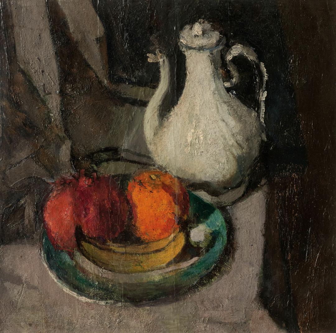 Bricco bianco e piatto di frutta
